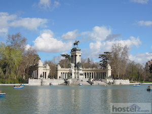 Overlooking the pond in the parque de el Retiro