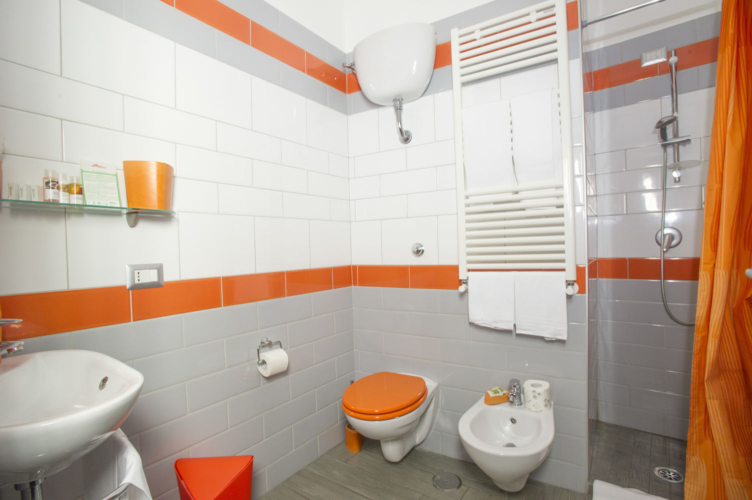 Bed and Breakfast Eco Pompei, standard triple orange room.